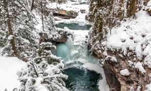 set-of-frozen-winter-waterfalls-in-johnston-canyon